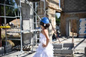 photo décalée et originale, mise en scène d'une mariée avec casque de chantier