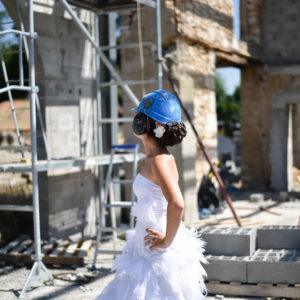 mariée avec casque de chantier