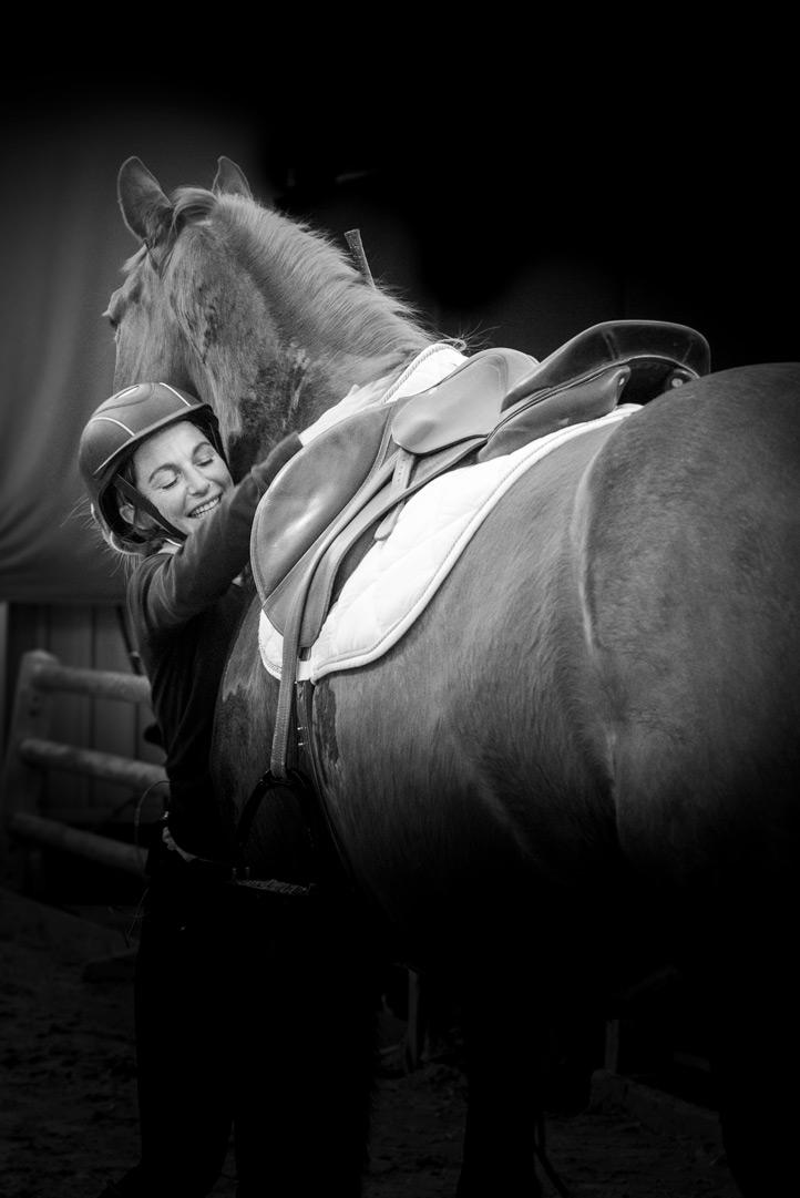 photo cheval et cavalière calin salon du cheval Avignon 2020